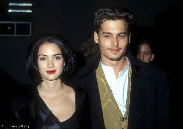 """Itt egy régi kép Winona Ryderről és Johnny Deppről. A két színész az Ollókezű Edward című film forgatásán ismerkedtek meg. Hamar eljegyezték egymást. 1989-től 1993-ig tartott a kapcsolatuk. Depp még egy """"Winona Forever"""" tetoválást is varratott a szíve fölé, amit a szakítás után """"Wino Forever""""-re javíttatott."""