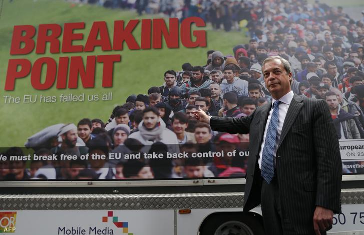 Nigel Farage egy UKIP-kampányplakáttal