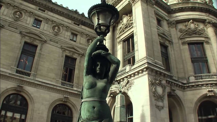 Szoborral díszített lámpaoszlop a párizsi operaház mellett