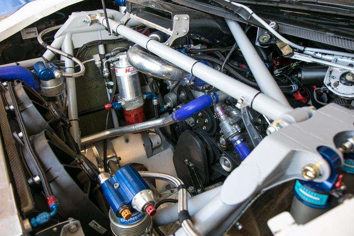 A motor konkrétan a szélvédő alatt kezdődik
