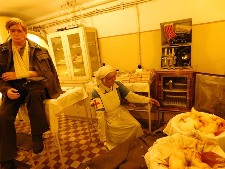 A Sziklakórház Atombunker Múzeum állandó kiállítása viaszbábukkal jeleníti meg a kórház egykori működését