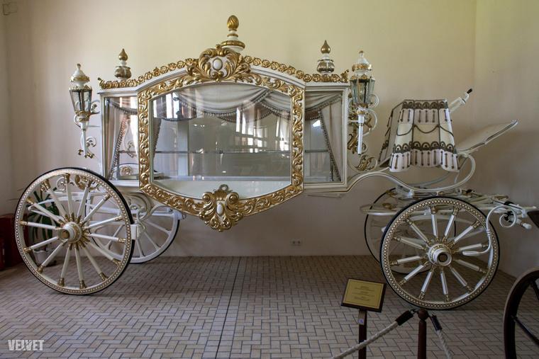 Fehér halottaskocsi egy hercegkisasszony emlékére.