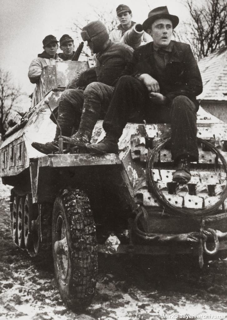 A Totenkops SS-páncéloshadosztály páncélgránátos katonái Bajna térségében, 1945 január. Magyar civil segíti a tájékozódást.