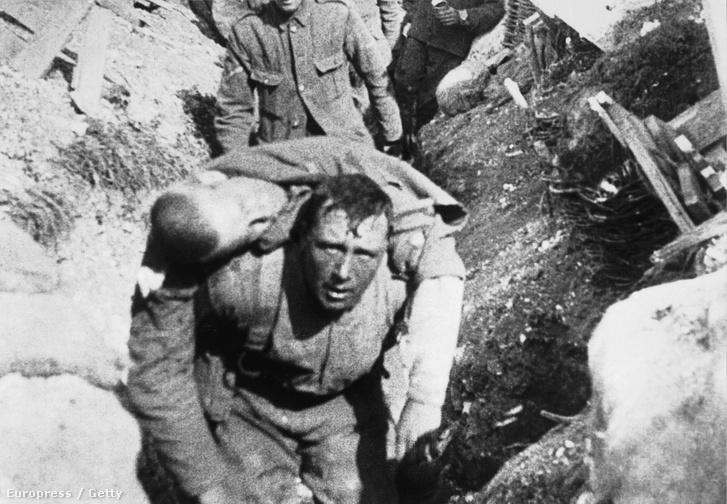 A képen látható férfi harminc perccel azután meghalt, hogy elérte a lövészárkokat a somme-i csata elős napján, 1916 június elsején. A képet belevágták a csatáról készült filmbe is.