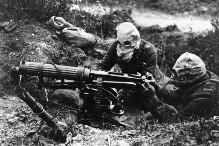 Gázmaszkos katonák a brit géppuskás csapatokból (Machine Gun Corps). Az első somme-i csatában Vickers márkájú géppuskát használtak.