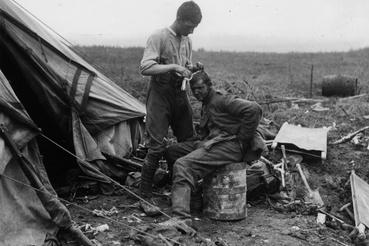 Sebesült német hadifoglyot öltöztetnek a  Bernafay erdő mellett, 1916. július 19-én