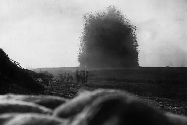Aknarobbantás tíz perccel a somme-i csata hivatalos kezdete, a gyalogság megindulása előtt, 1916 július elsején. A britek és a franciák ezzel készítették elő a támadást.
