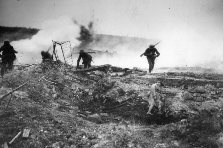 Német csapatok nyomulnak nyílt területen  Villers-Bretonneux-nél. Ez volt a németek utolsó próbálkozása, hogy megszilárdítsák győzelmüket a nyugati fronton.