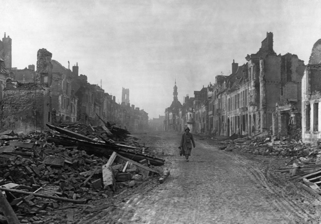 Német katona az utcán, Péronne romjai között