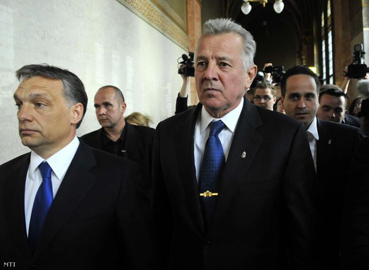 Schmitt Pál köztársasági elnök az Országházban lemondása után Orbán Viktor miniszterelnökkel 2012. április 2-án. Jobbról Kiss Norbert a Köztársasági Elnöki Hivatal társadalmi kapcsolatokért felelős hivatalvezetője.