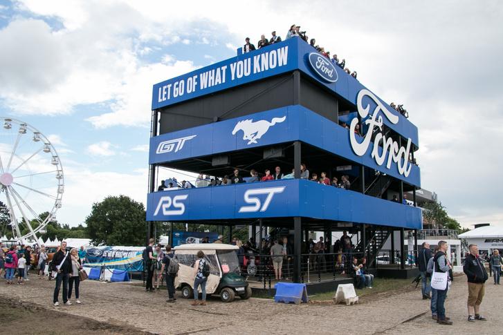 A Ford építette a legnagyobb épületet. Volt is mit kiállítaniuk, éppen megnyerték Le Mans-t