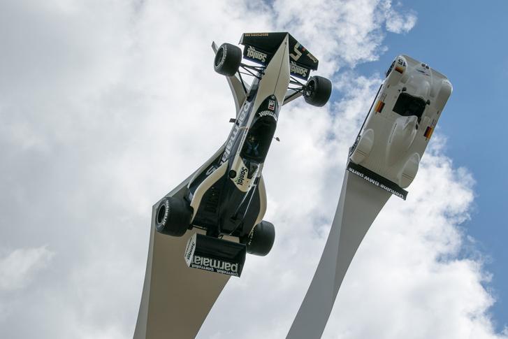 Idén százéves a BMW, ezért ők állíthattak szobrot maguknak