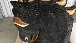 2 milliárd forintnak megfelelő kokaint találtak egy ékkövekkel díszített lófej szoborban