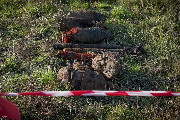 Éles robbanótestek az egykori hortobágyi bombázó lõtéren Nagyiván térségében 2013. november 12-én. A Magyar Honvédség 1. Honvéd Tûzszerész és Hadihajós Ezredének tûzszerészei megkezdték a Hortobágyi Nemzeti Park területén található egykori bombázó lõtér mentesítését.
