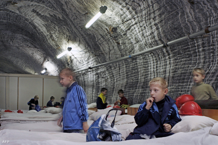 Légzőszervi betegségekkel küzdő gyerekek a Solotvino sóbányában, 300 méterrel a felszín alatt.
