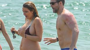Blake Lively apró bikiniben strandbulizott