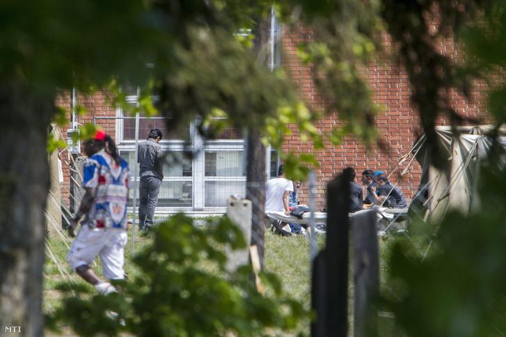 Menekültek az iskola sportcsarnoka mellett a Körmendi Rendészeti Szakközépiskola területén lévő ideiglenes befogadóállomáson 2016. május 5-én.