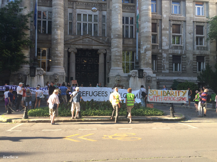A Markó utcában, a Kúria épülete előtt tüntetnek a röszkei menekültekért.
