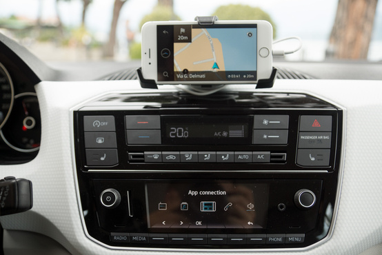Alant a zenék között lépkedhetünk, míg a telefonon a navigáció fut