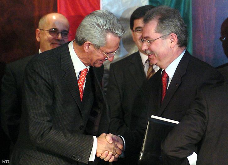 Gustav Poschalko a Rail Cargo Austria AG igazgatósági tagja (b2) és Heinczinger István a MÁV Zrt. vezérigazgatója (j) kezet fog miután aláírták a MÁV Cargo Zrt. privatizációs szerzõdését Budapesten. (2008.)