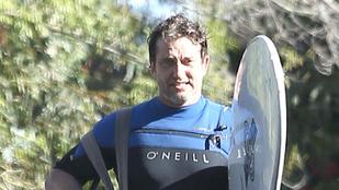 Gerard Butlernek van egy szörfdeszkája, és használja is