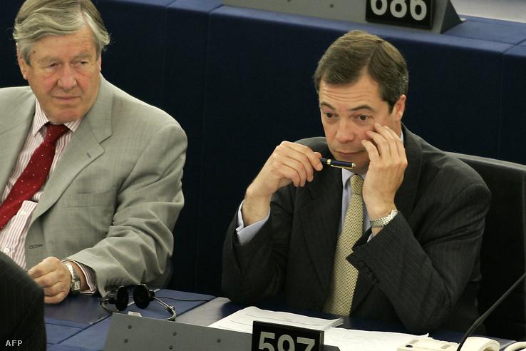 Nigel Farage és William Titford az EP-ben, ahol épp a José Manuel Barroso ellen indított bizalmatlansági indítványról szavaztak a képviselők. (2005.)