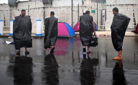 Műanyag zsákokkal védekeznek az eső ellen