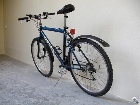 Az első ellopott biciklim. Kicsinosítottam, feljavítottam, kapott jó fékeket. Utolsó napján defektes lett, délután megjavítottam, másnapra elvitték