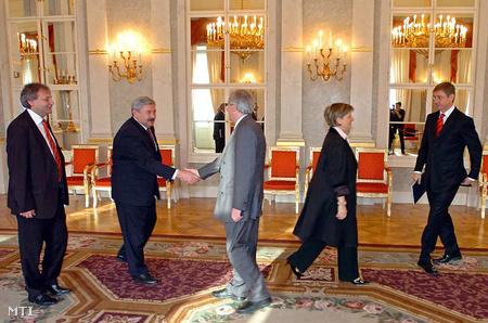 Sólyom László köszönt Lomnici Zoltánt 2007-ben a Sándor-palotában