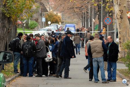 Diákok a körülzárt épület előtt