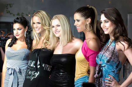 A Covergirls, középen a designerrel.