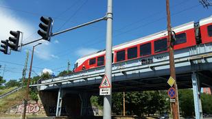 Vonat gázolt a Fehérvári úti vasúti felüljárón