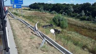 Két autó is egy mély árokba hajtott a Megyeri hídnál