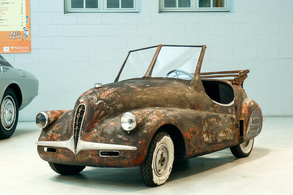 Ez aztán a különlegesség! És nem pedálos autó! Hanem egy ALCA Volpe, 1947-ből. A háború utáni szűkösség terméke, a 125-ös, kéthengeres kétütemű kellett volna mobilizálja az olasz tömegeket. Hat darab készült mindössze a Róka névre keresztelt járgányból.