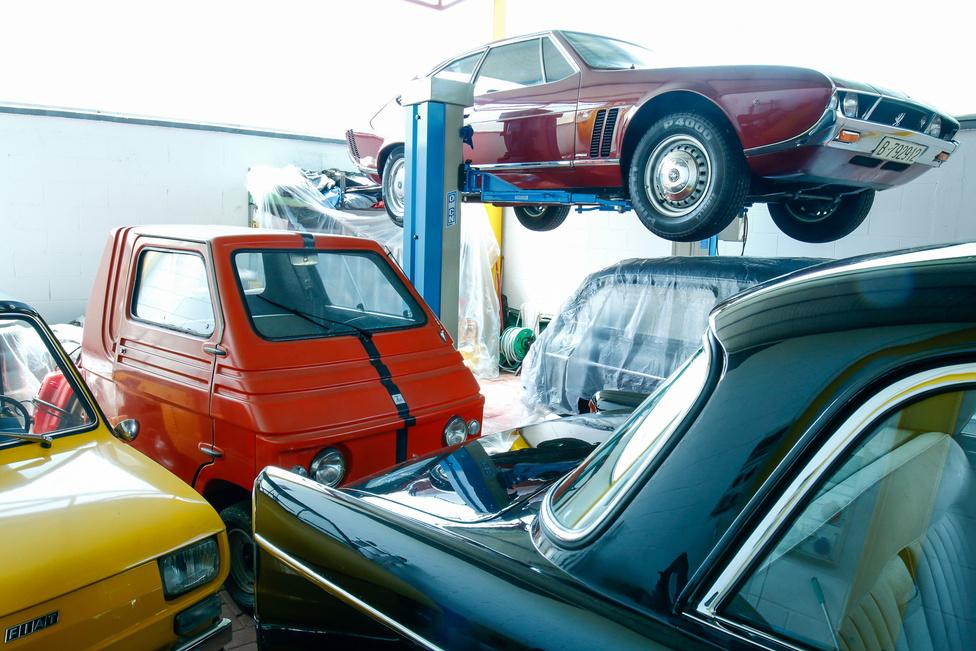 Jobbról: felújításra váró Fiat 126 Jolly prototípus, a kis doboz egy Zagato Zele elektromos autó; fólia alatt egy Fiat 1100 Viotti Giardinetta, az emelőn az Iso Lele prototípusa, jobbra egy Alfa Romeo 1900L Presidenziale fara látszik.