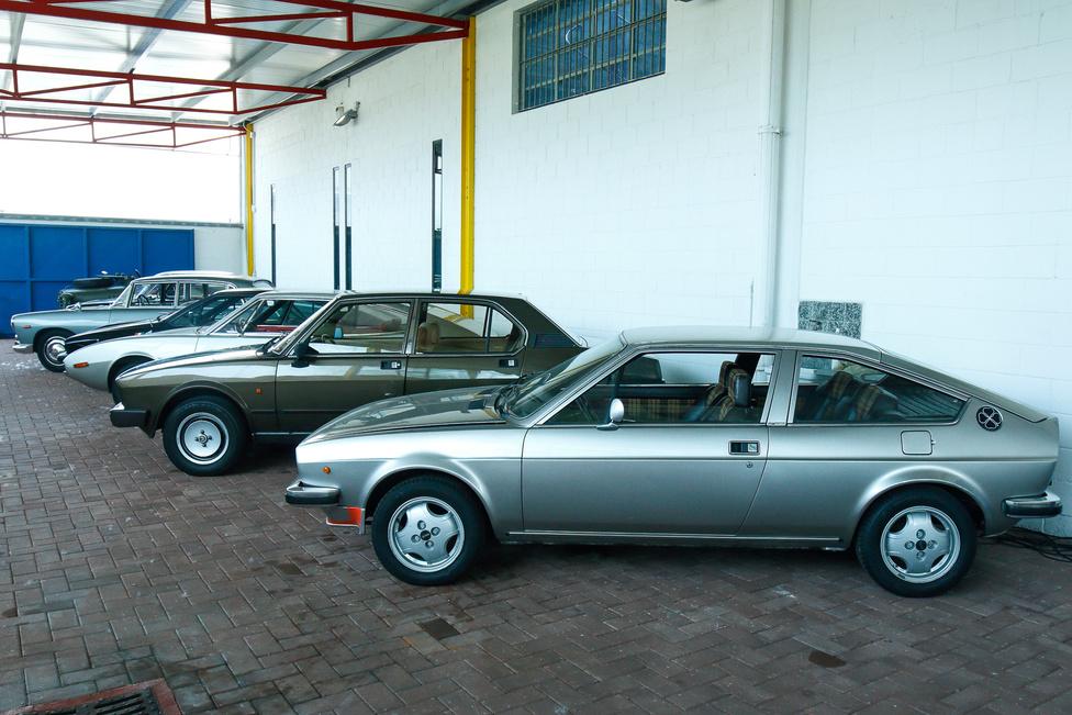 Az udvar a kevésbé értékes, de szintén nagyon különleges kocsiké, legtöbbjük a széria legelső példánya, az egyes alvázszám birtokosa. De itt is van néhány prototípus… a sorban Alfa Romeók és Lanciák, elöl egy Alfasud Sprint.