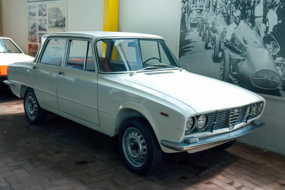 Több olyan Alfa is van a gyűjteményben, amelyek több típus jellemzőit is bírják és sosem készültek sorozatban. A Giulia – 1750 – 2000 típusok alkatrészeinek, megoldásainak különféle kombinációit láthatjuk a fehér kocsin.