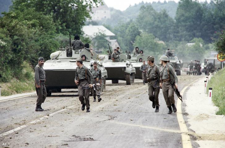 Július 3. A jugoszláv hadsereg egységei elhagyják a szlovén-horvát határon kialakított állásukat.
