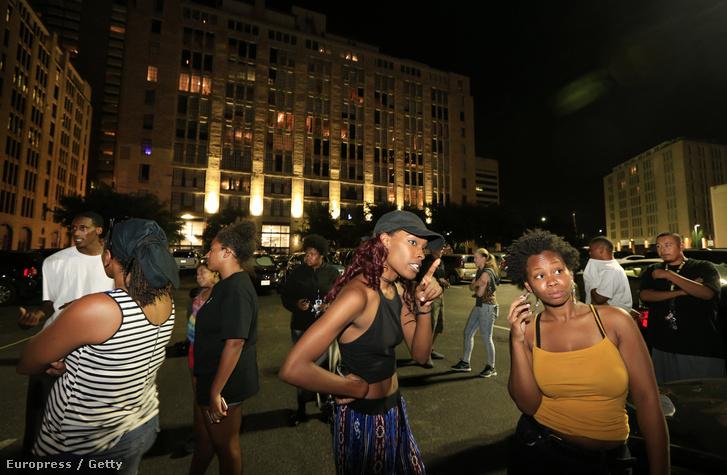 Egy kép a lövöldözés után. A fotón látható, hogy a téren több magas épület is van, ahonnan tüzet nyithattak a rendőrökre.