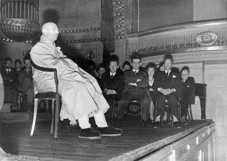 Tiszteletreméltó Csao Kungként 1931-ben előad Berlinben