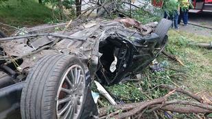 Felborult egy autó Csepelen, két ember meghalt