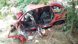 Három ember szorult egy teherautóval ütköző kocsiba Isaszegnél