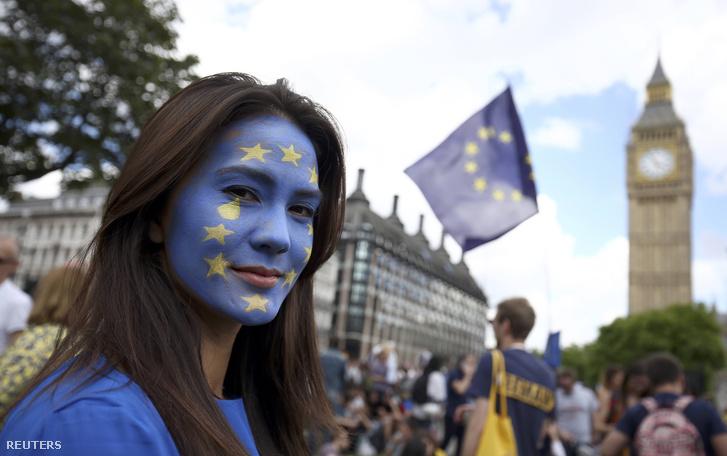 Egy brexit ellen tüntető nő Londonban, július 2-án