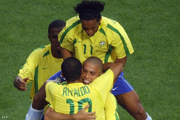 Ronaldo, Rivaldo, Ronaldhino, miután a brazilok az 50. percben egyenlítettek Törökország ellen, a 2002-es világbajnokságon.