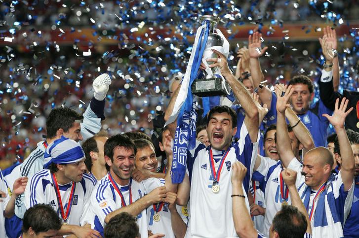 Traianos Dellas és a görög csapat tagjai ünnepelik az Eb-győzelmet 2004-ben