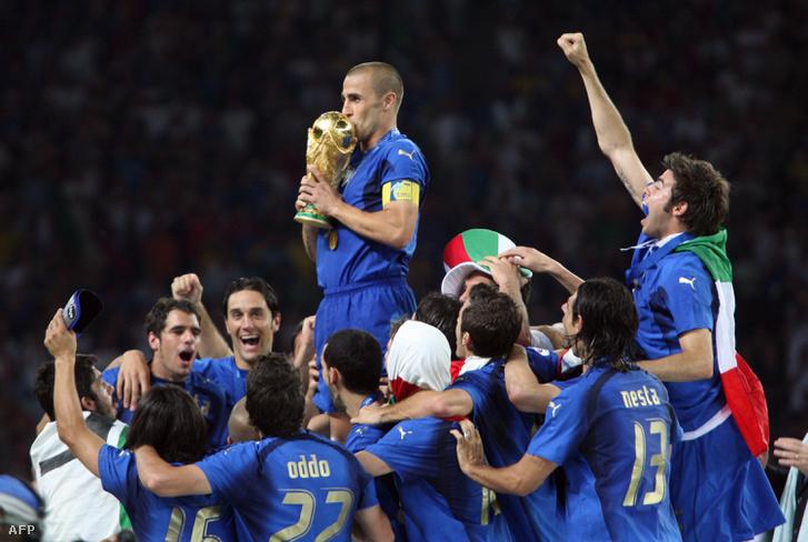 Fabio Cannavaro, az olasz csapat kapitány a világbajnoki serleggel és az ünneplő játékosok 2006-ban