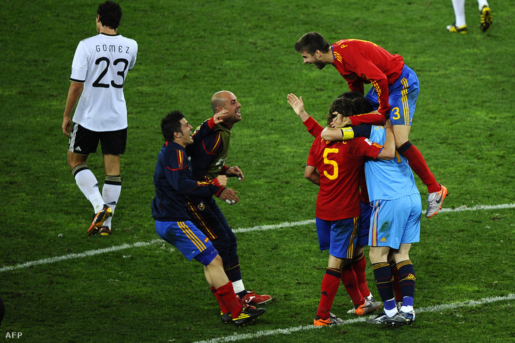 Ünneplő spanyolok a 2010-es világbajnokságon, a németek ellen játszott elődöntőben