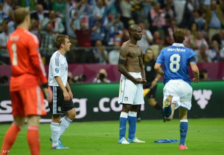 Az olasz játékos, Mario Balotelli félmeztelenre vetkőzve ünnepelte a németek ellen rúgott gólját 2012-ben
