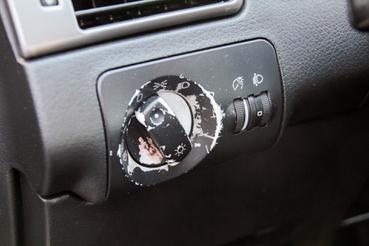 Szomorú látvány, de minden kapcsoló így végzi a kortárs Audikban, VW-kben