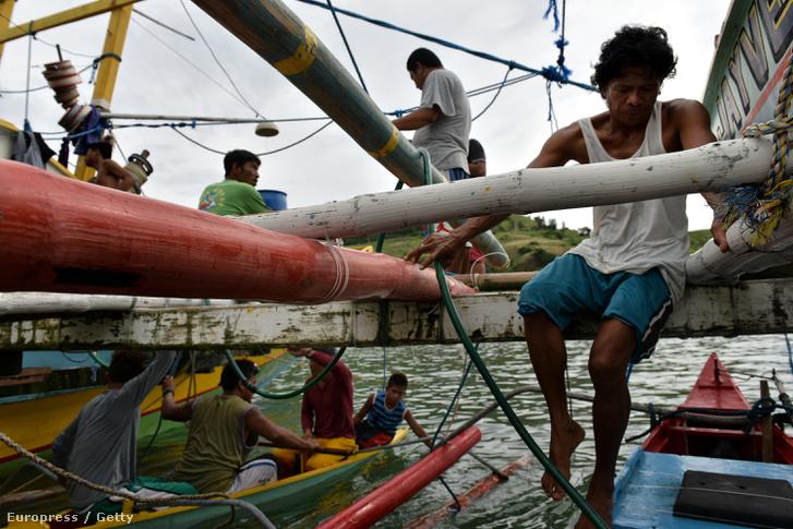 Filippinó halászok a Spratly-szigeteken.